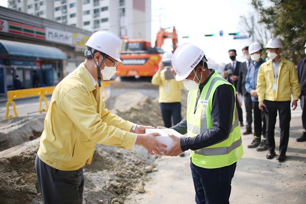 한국수자원공사, 건설현장 코로나19 극복 지원 나서 충남 현장에서 중소규모 건설업계  방역용품 전달
